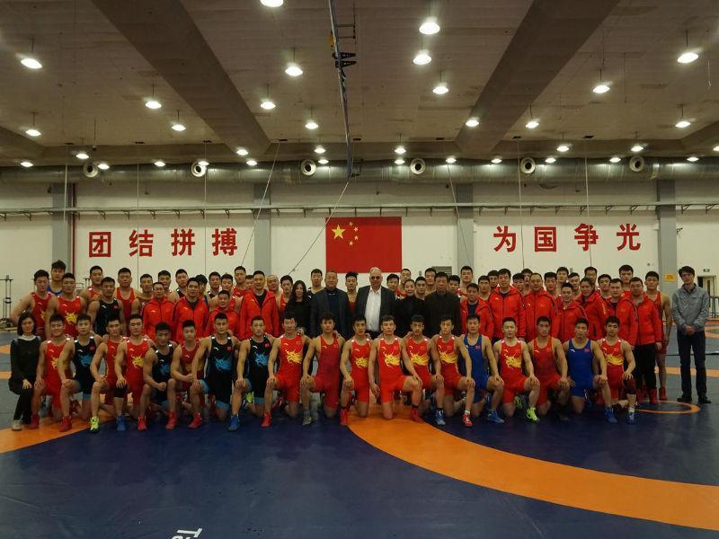 Αναμνηστική φωτογραφία από την επίσκεψη Λάλοβιτς στο Ολυμπιακό προπονητικό κέντρο του Πεκίνου.